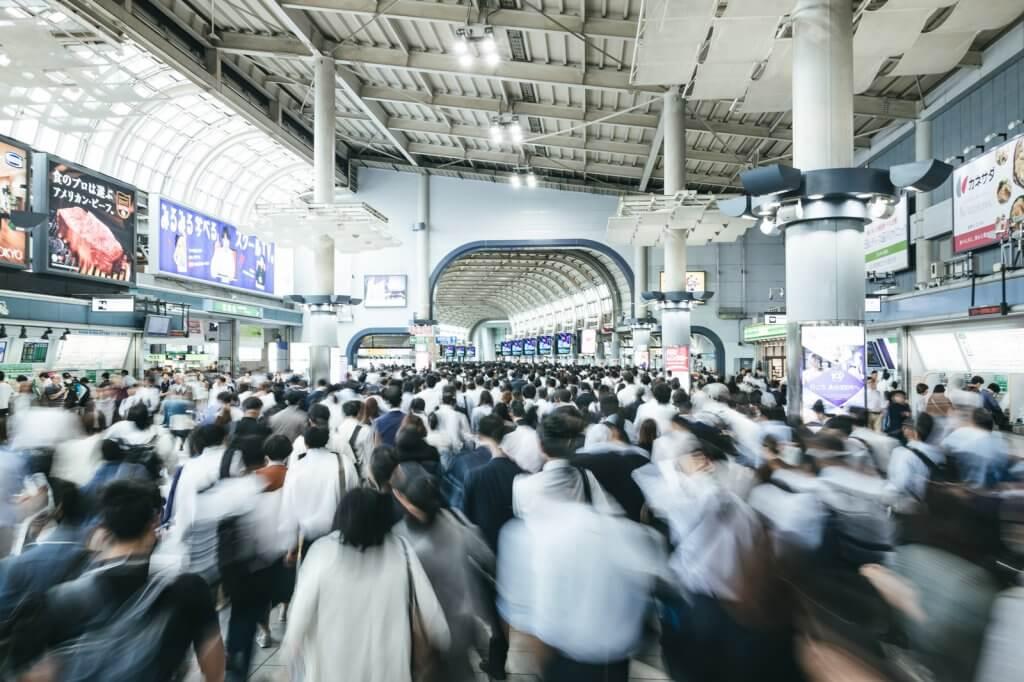 通勤ラッシュの品川駅の写真